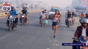दौडेको धनगढीलाई पछ्याउँदै जुम्लाका दुर्गाबहादुर बुढाले जिते धनगढी हाफ म्याराथनको उपाधि !